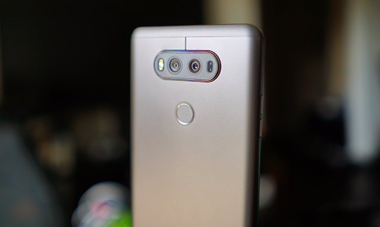 Pe spatele telefonului vom gasi doua camere de 16 megapixeli, iar vestea buna pentru admiratorii LG este ca V20 a mostenit toate lucrurile bune ale G5 de la Laser pana la senzorul Color Spectrum si Auto-Focus detect.