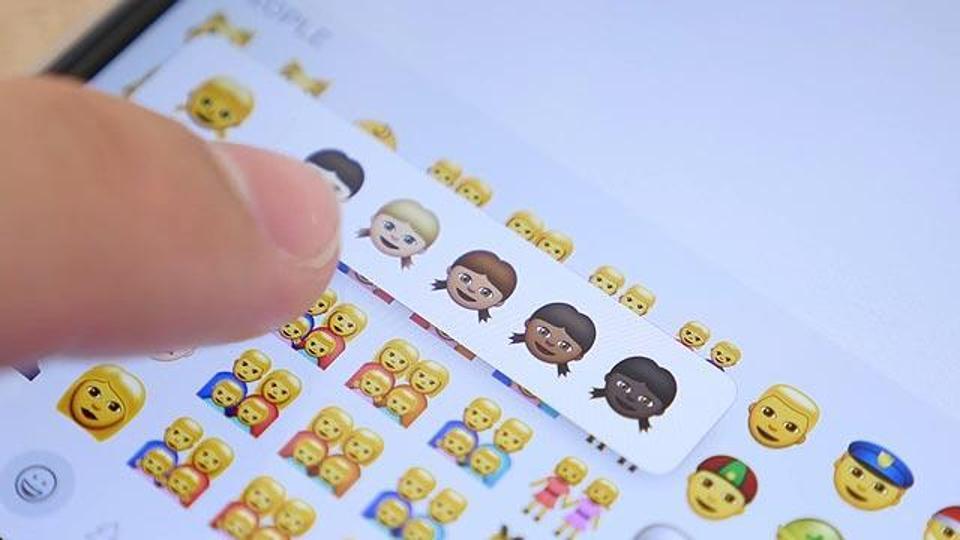 WhatsApp lanseaza propriul set de emoticoane in versiunea beta