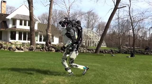 Atlas, robotul umanoid care poate alerga si sari peste obstacole