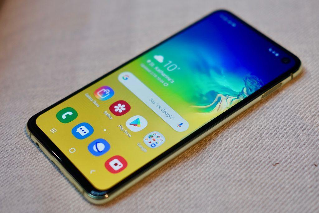 Samsung Galaxy S10e poze